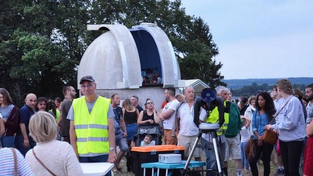 photo NR plein de monde devant l'observatoire d'Amboise
